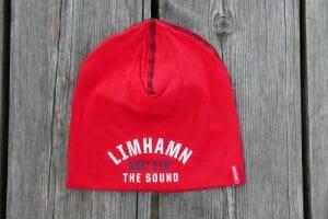 Röd mössa med texten Limhamn The Sound och longitud och latitud för Limhamn säljes av Kokkolit på Limhamn