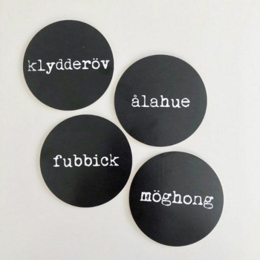 4 st glasunderlägg skånska ord fubbick, ålahue, klydderöv och möghong från Kokkolit på Limhamn